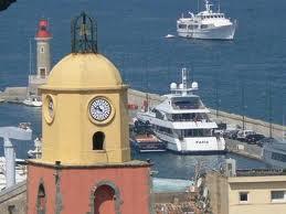Saint Tropez oli 1960 aastateni pisike  vaikne kalurilinn, mis tiksus oma vaikset elu ookerkollase  ja roosa kiriku ümber  (tuttav vaade neile, kes on vaadanud seriaali Saint-Tropez, originaalnimega  Sous le soleil) Ja kõik oli vaikne kuni linna saabus Birgitte Bardot ja kogu maailma playboyd, aga samuti  lihtsalt rikkurid ja filmitähed hakkasid siia kohale tulema ja vaikse linnakese elu pöörati pea peale.