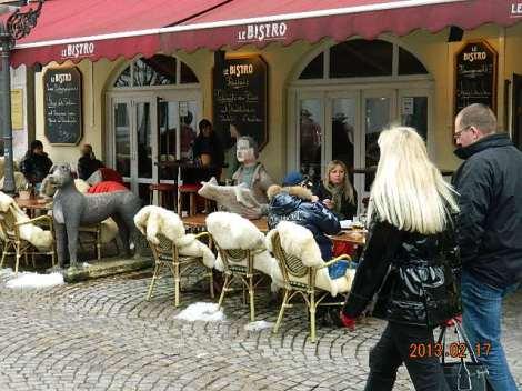 Terrass ja seal istuvad Eesti naaberriigi kodanikud