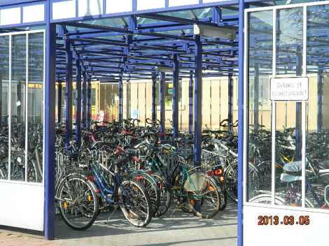 See on raudteejaama jalgratta parkla. Meie külas ei pane inimesed isegi jalgrattale lukku peale kui rongi peale lähevad ja jätavad ratta parklasse