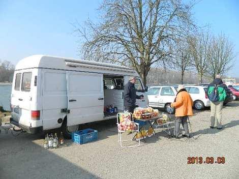 Jõe ääres oli ka pisuke business üles pandud, ksu müüdi kohalikku kraami.