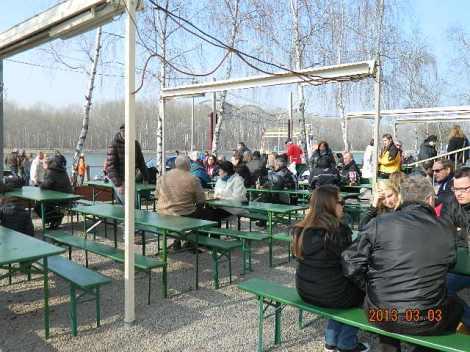 Ilm oli kena ja rahvas istus ja sõi oma vorsti või jõi kohvi terrassil