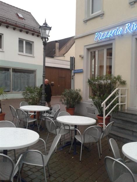 Kohvik Riveira on kohalike lemmik. Minu pilt on tehtud märtsis, on veel külm. Preagu on juba terrassile raske kohta leida, et klaasikest proseccot juua,